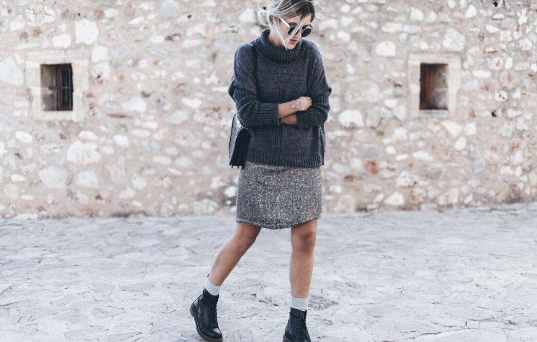 девушка в серой юбке