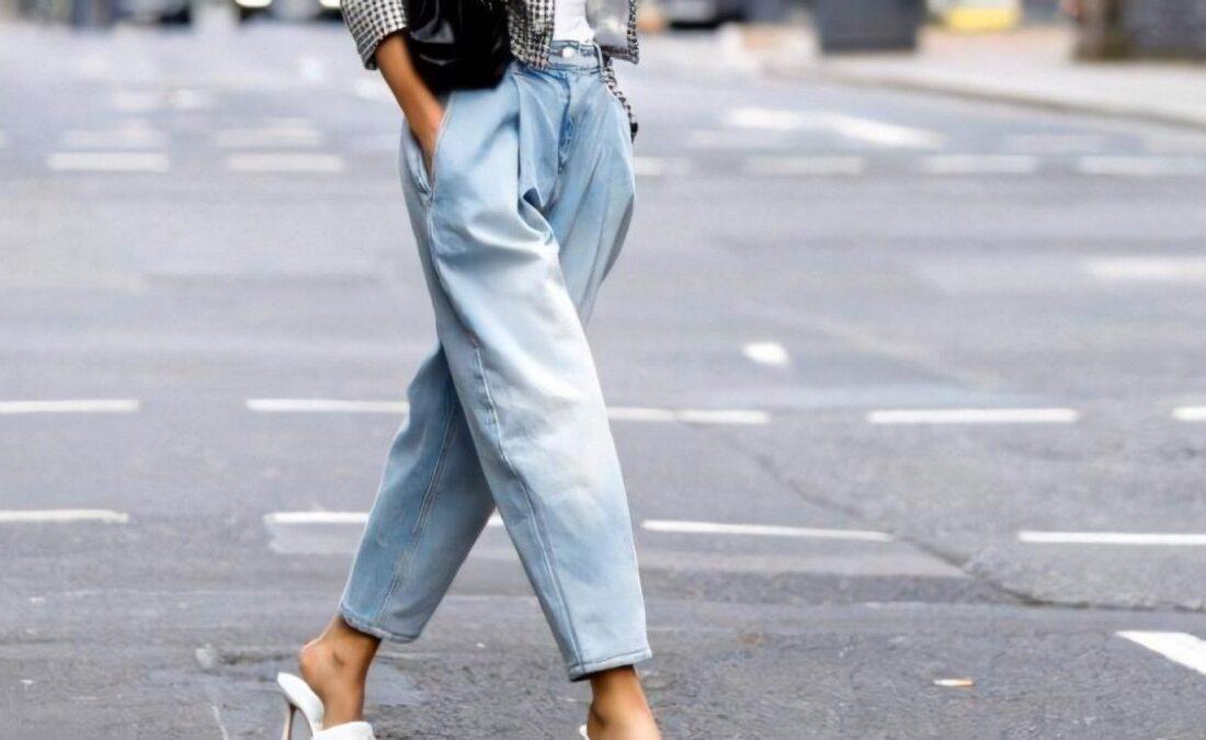 девушка в джинсах мом