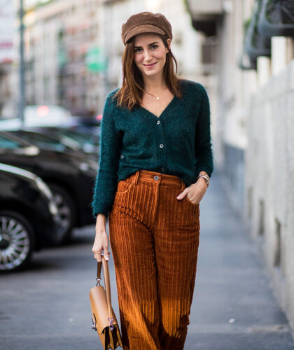 девушка в вельветовых брюках