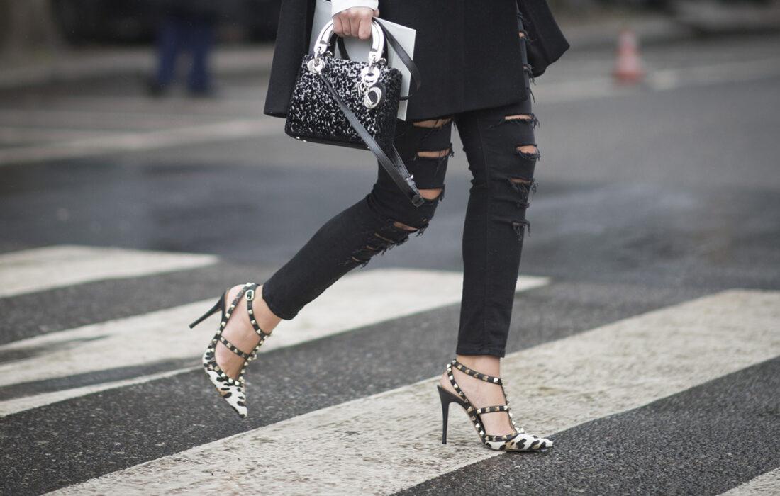 девушка в черных джинсах