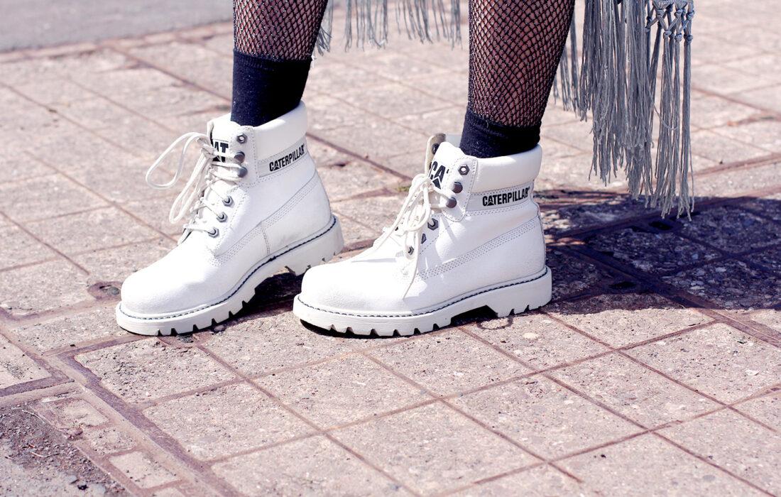 девушка в белых ботинках