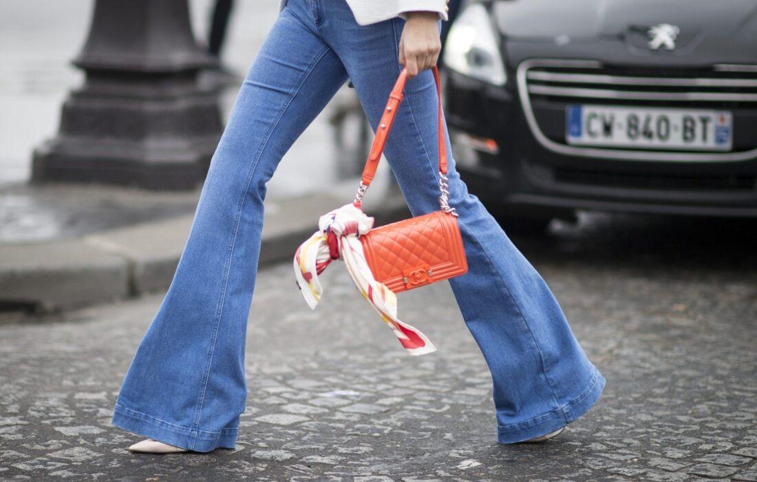 девушка в расклешенных джинсах