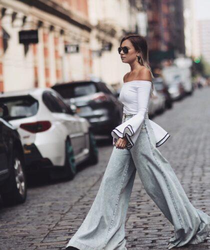 девушка в широких штанах
