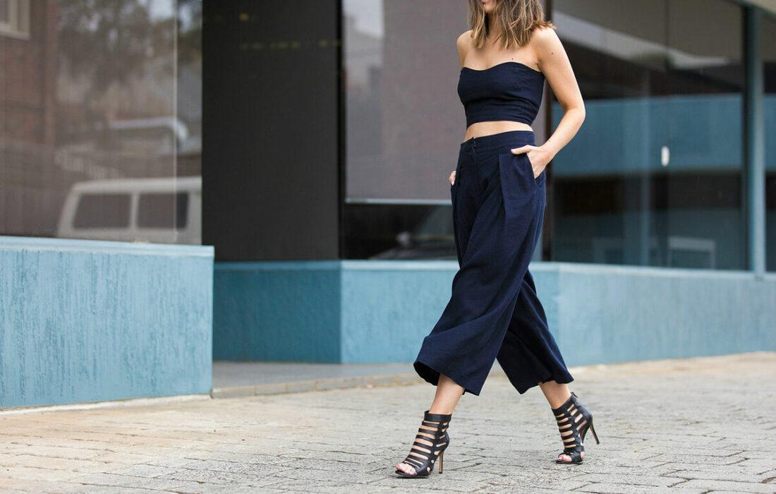 девушка идет в широких штанах