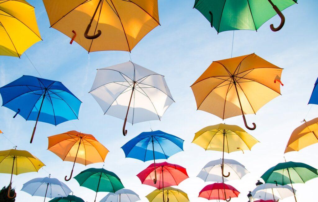 много разноцветных зонтиков
