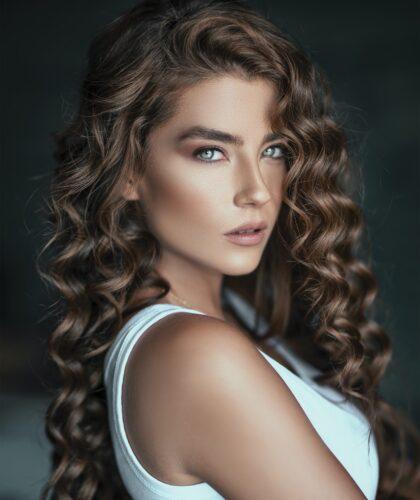 девушка с завитыми волосами