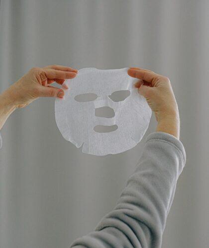 девушка держит тканевую маску