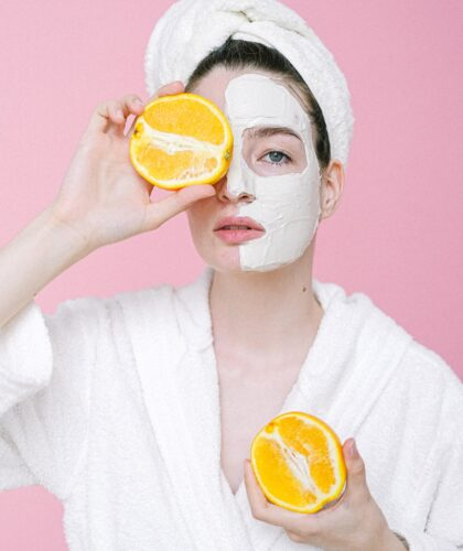 девушка в маске с апельсинами