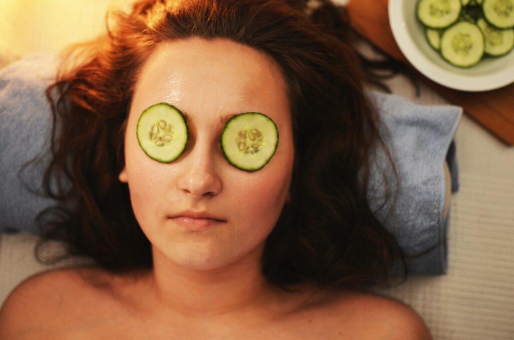 девушка с огурцами на глазах