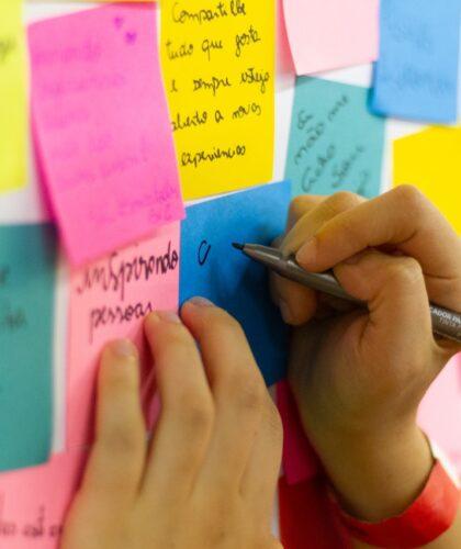 девушка пишет на стикерах