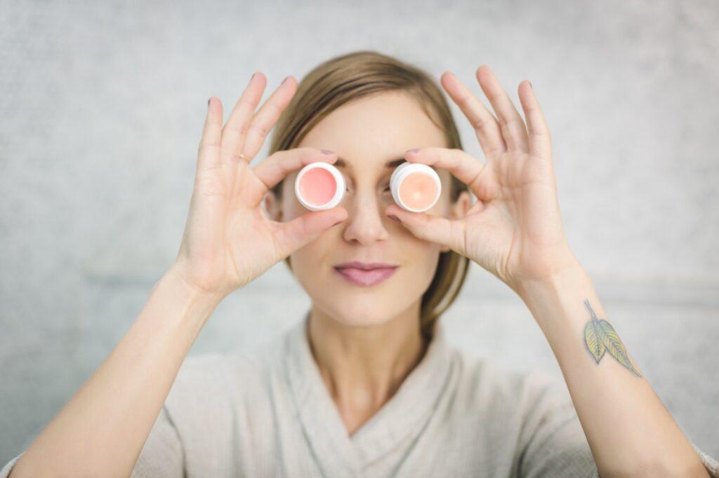 девушка с кремами перед глазами