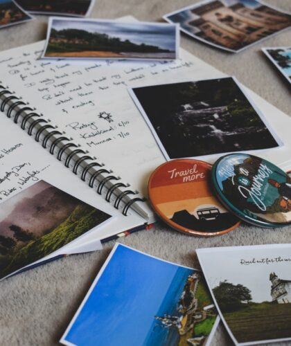 фотографии, тетради и значки