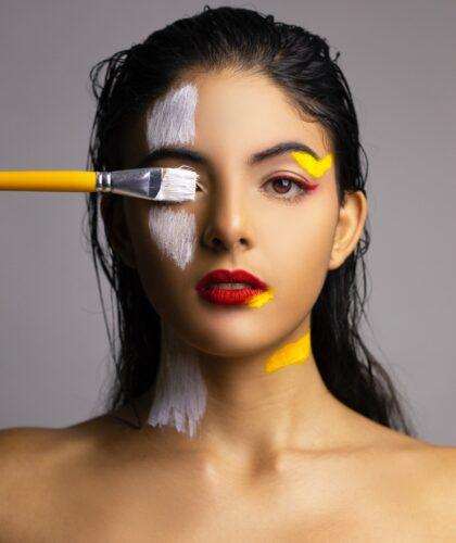 краски на лице девушки
