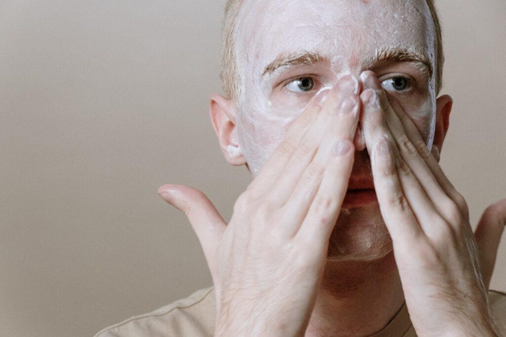 парень наносит маску на лицо