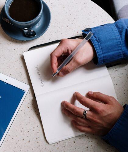 парень пишет в тетради