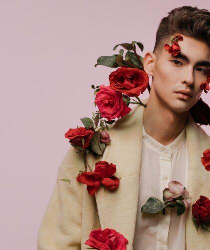 парень с розами