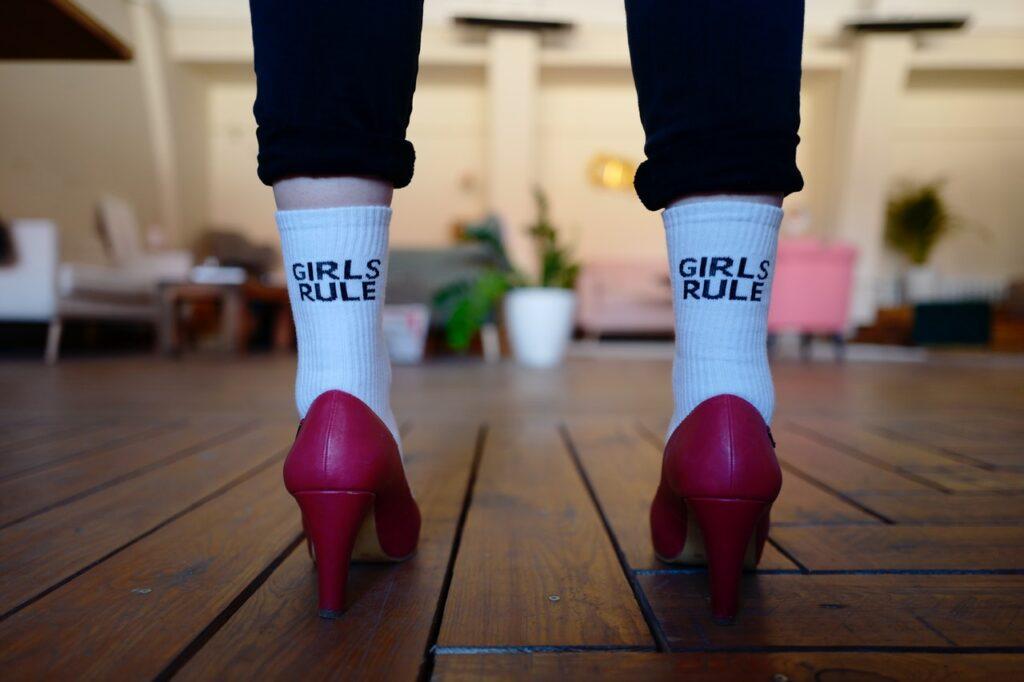 ноги девушки в носках и туфлях