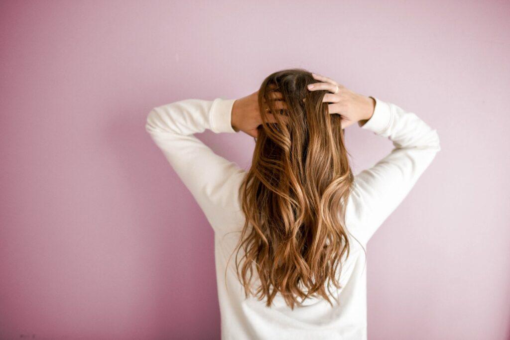девушка с руками в волосах