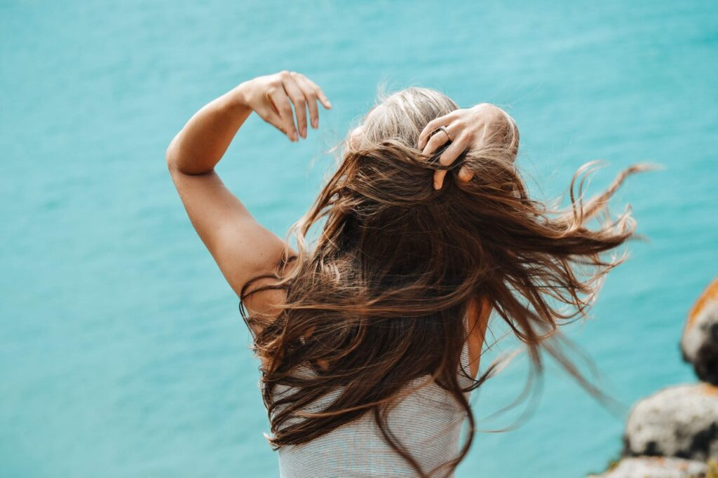 девушка с рукой в волосах