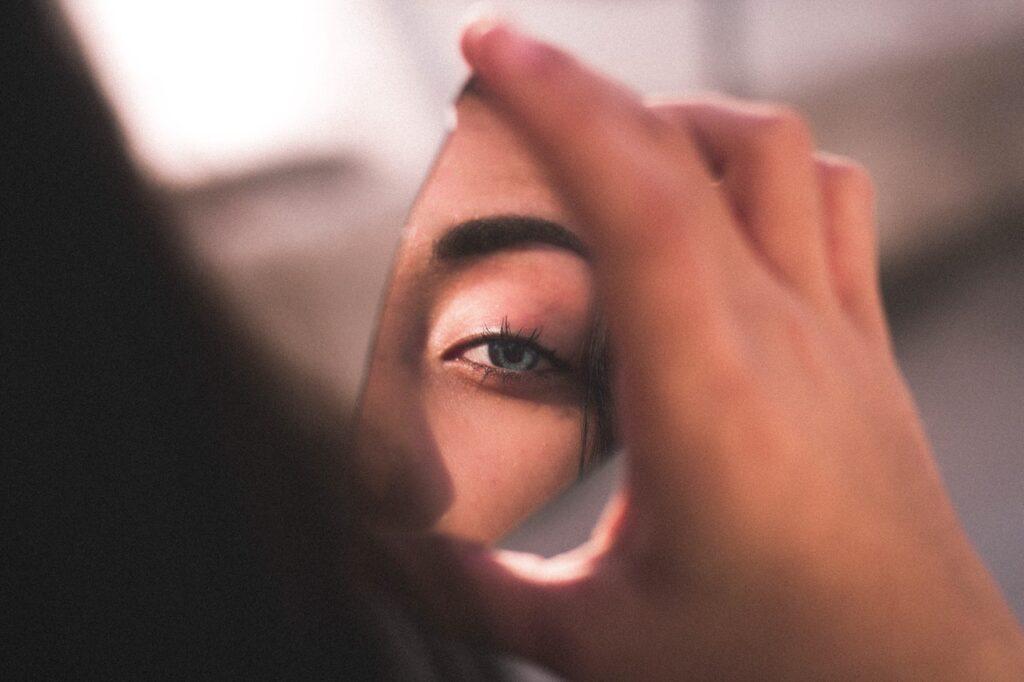 отражение глаза в зеркале
