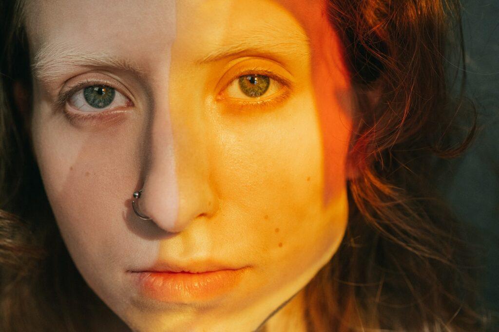 желтая краска на лице