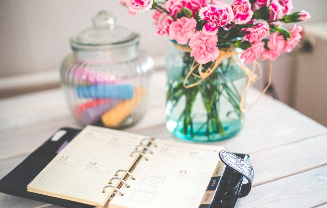 ежедневник и вазочка с цветами