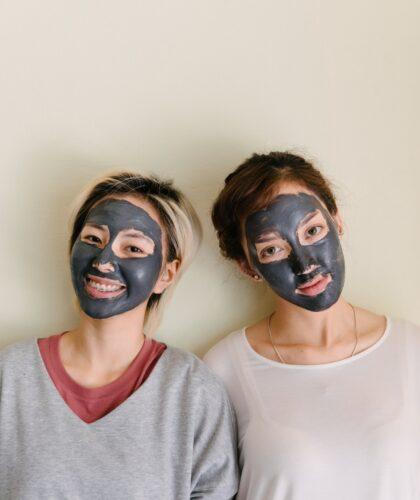 подруги с масками на лице