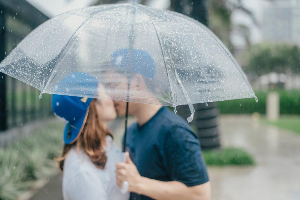 пара целуется под зонтом