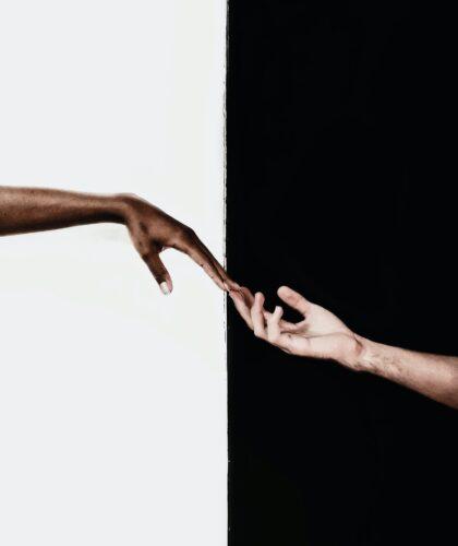 касание двух рук