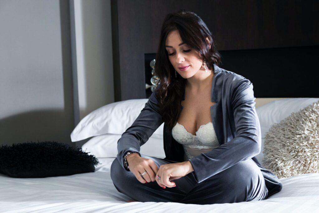 девушка в костюме на кровати