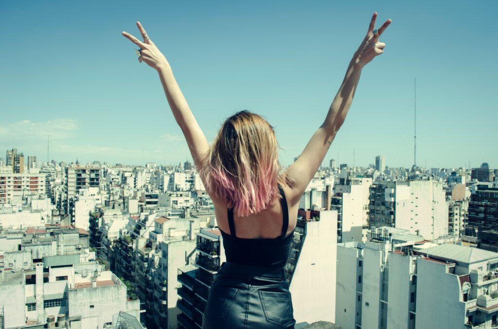 девушка стоит с руками вверх