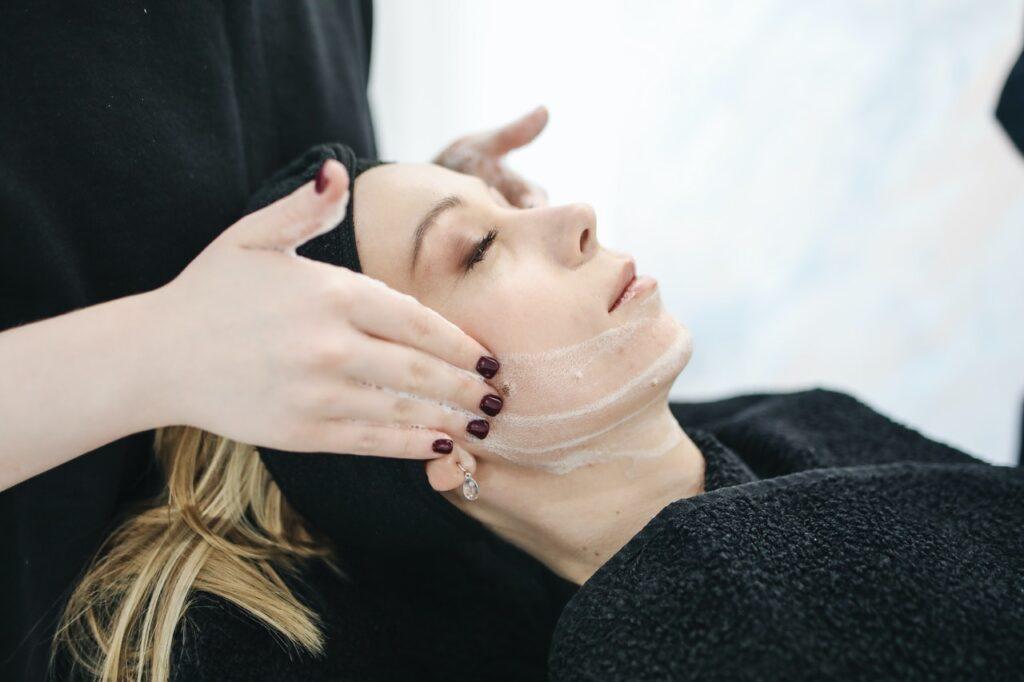 девушке делают процедуру на лице