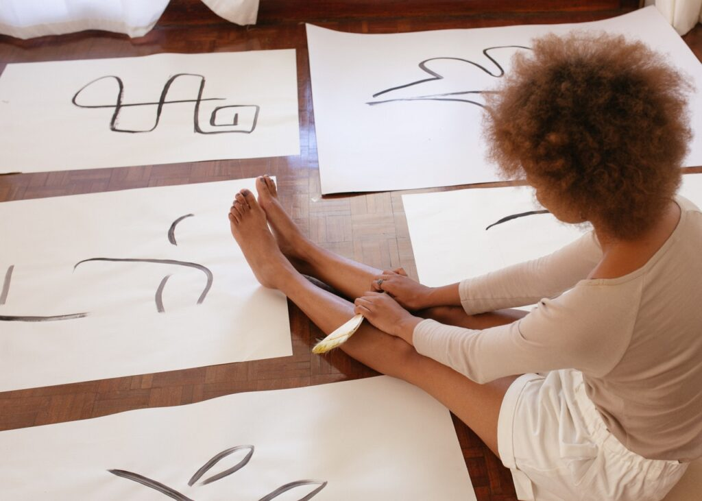 девушка нарисовала иероглифы