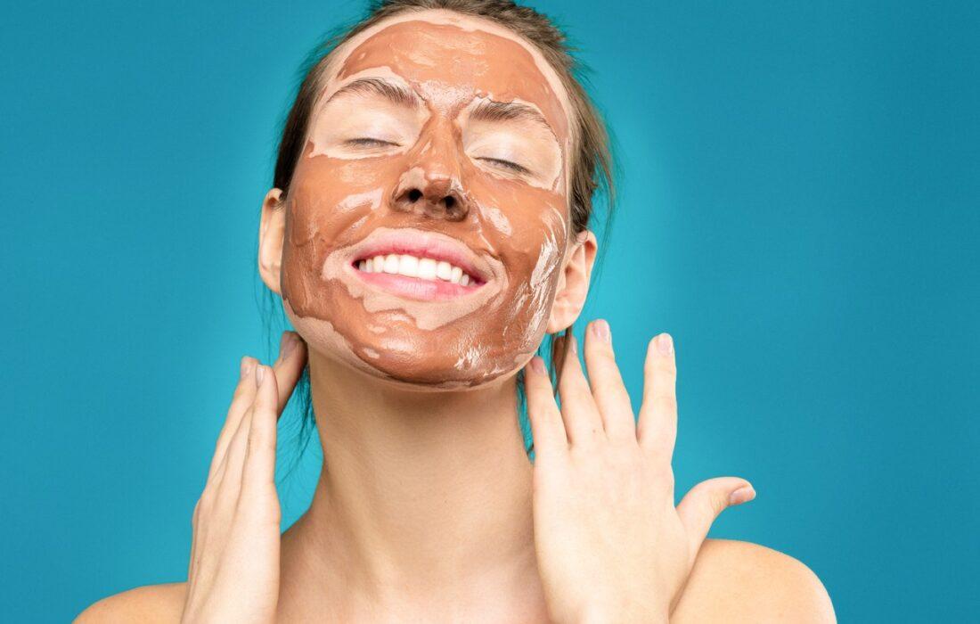 девушка с тональным кремом на лице
