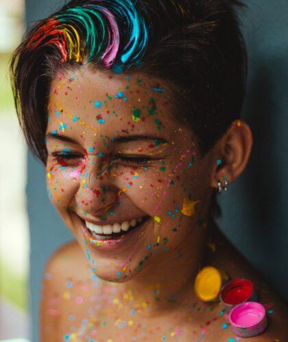 девушка в брызгах краски