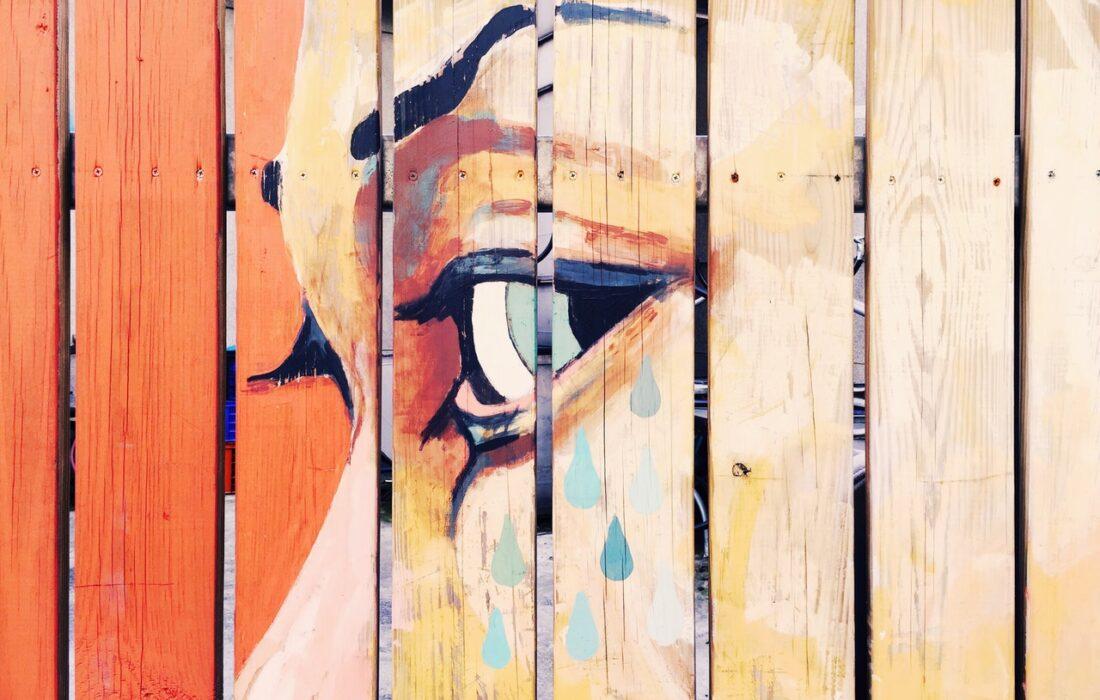 нарисованный глаз на заборе