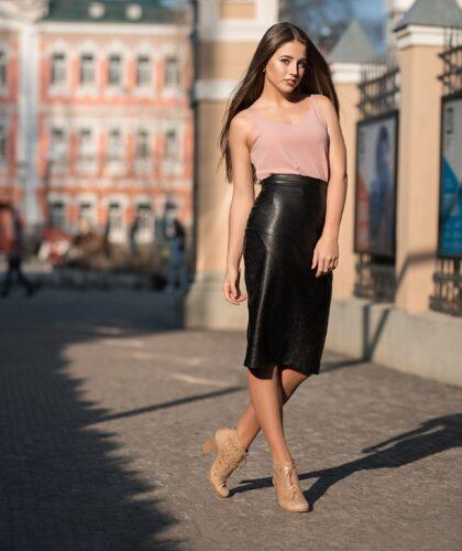 девушка в кожаной черной юбке-карандаш