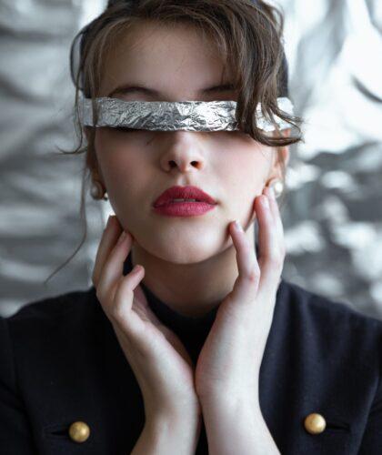 девушка с фольгой на глазах