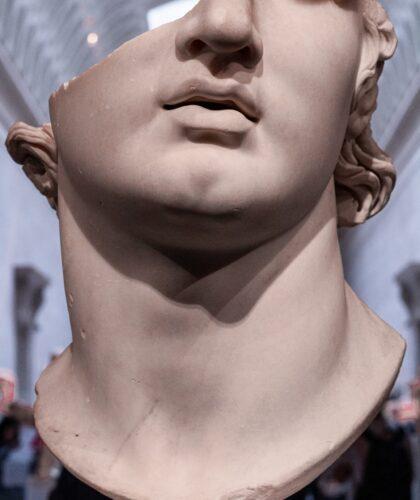 сломанная скульптура