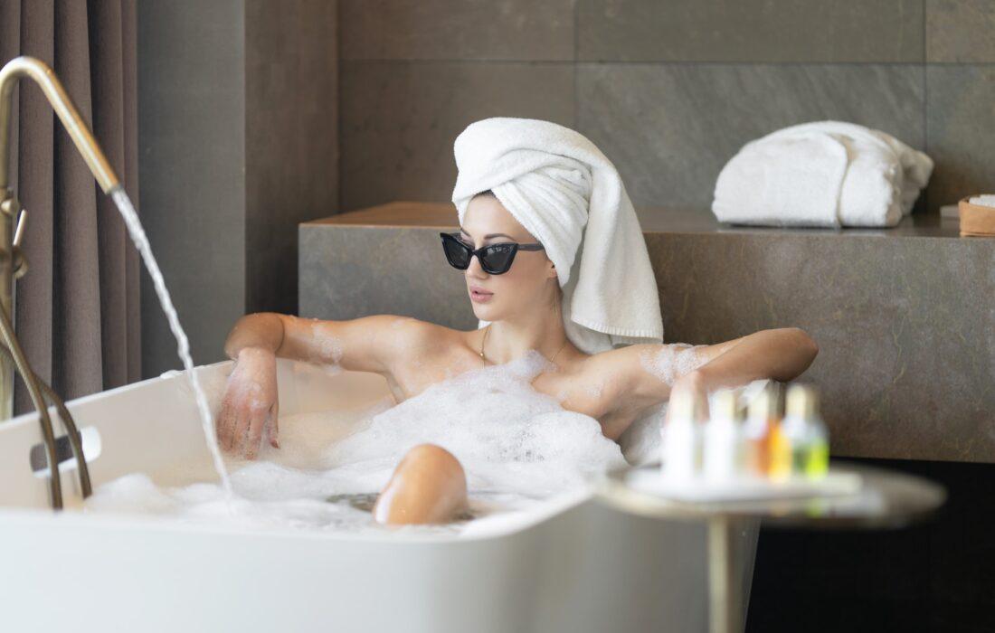 крутая девушка в ванной