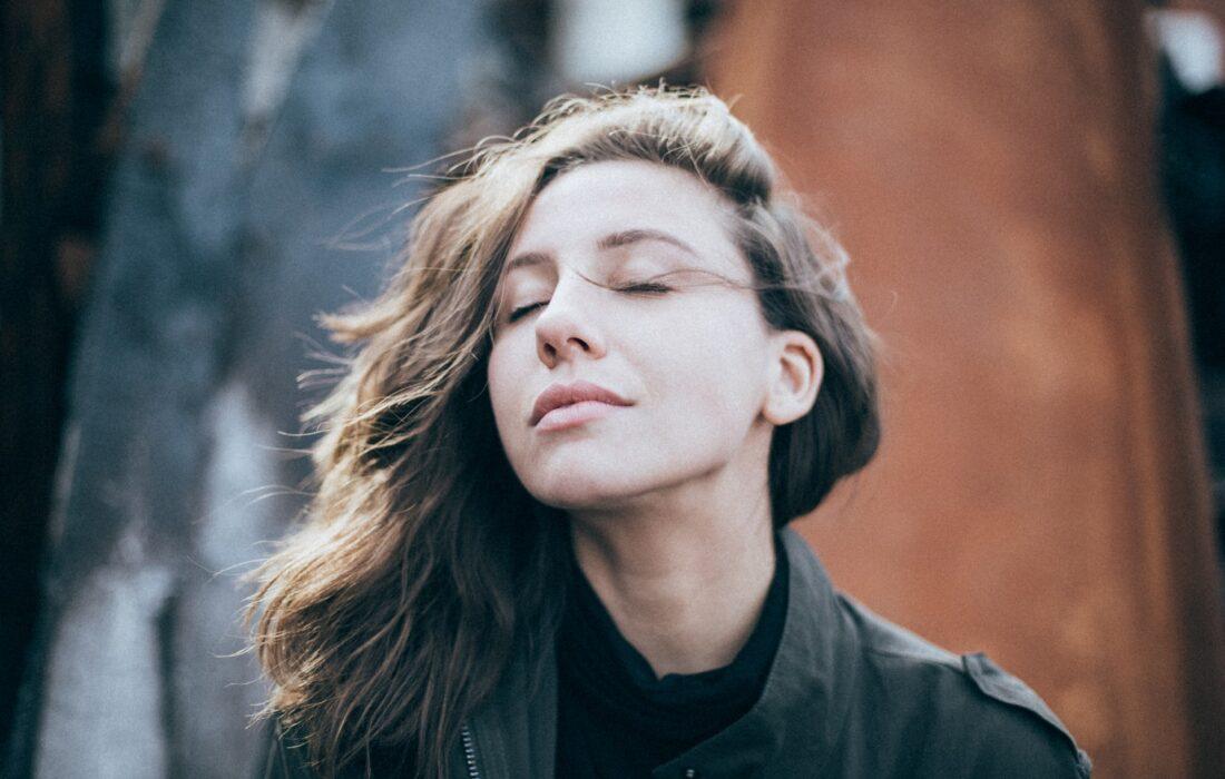 красивая девушка закрыла глаза
