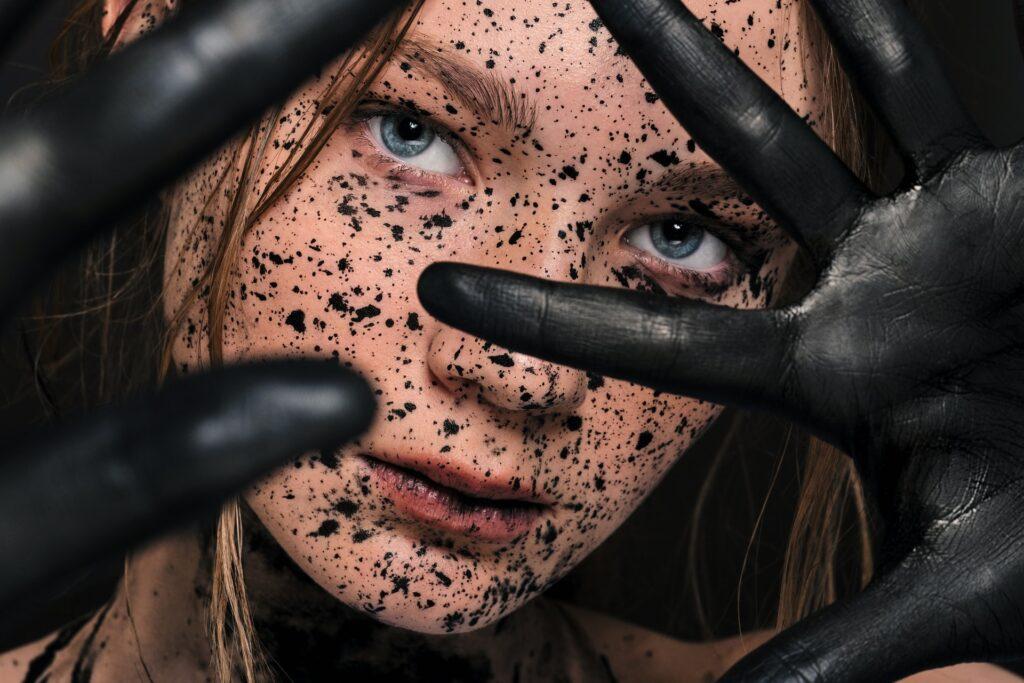 девушка с черными пятнышками
