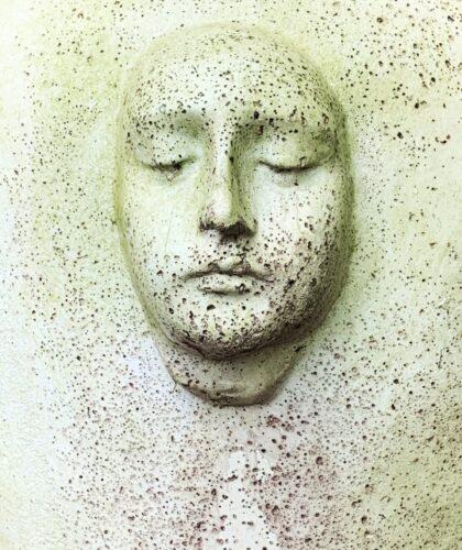 скульптура грустного лица