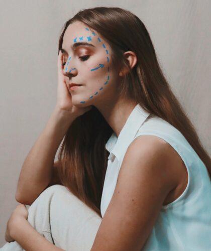 девушка с рисунками на лице