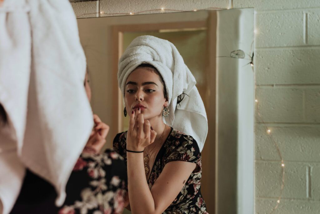 девушка смывает макияж