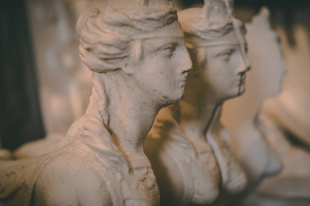 скульптуры женщин