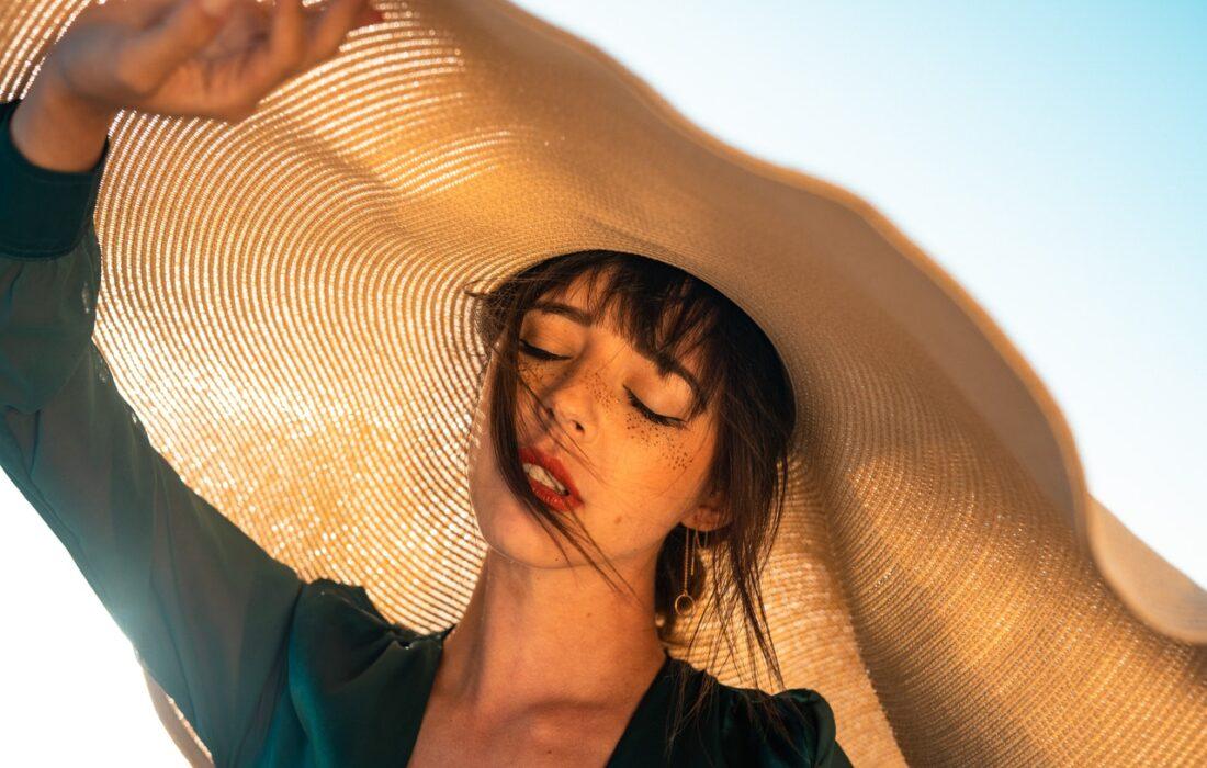 девушка в большой шляпке