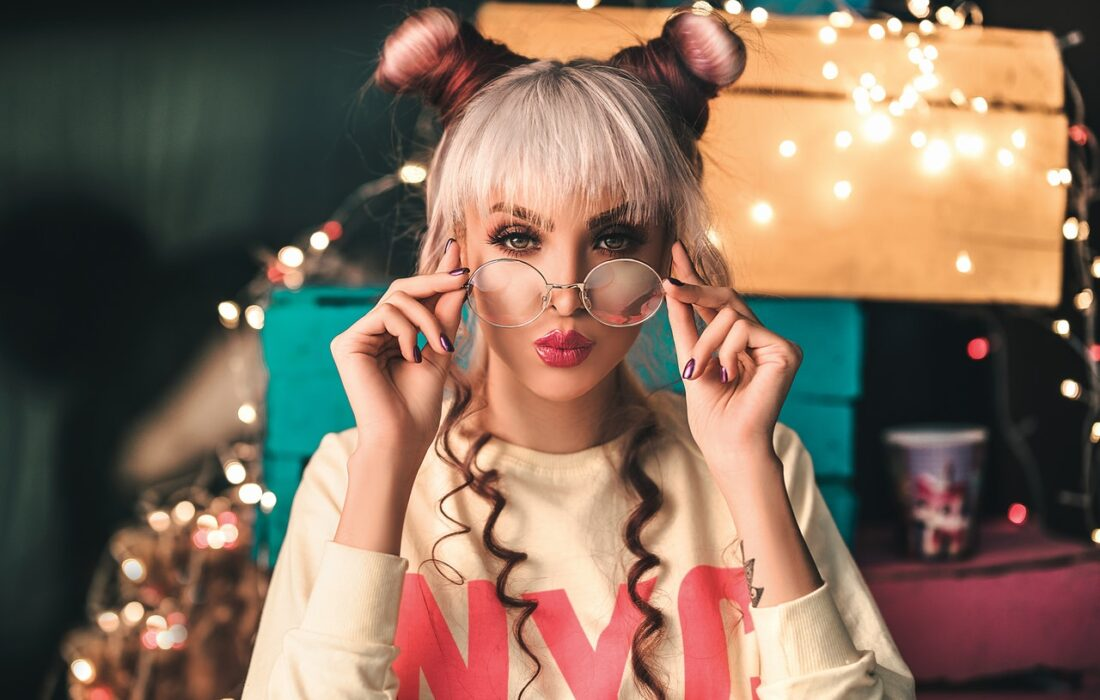 красивая девушка в очках