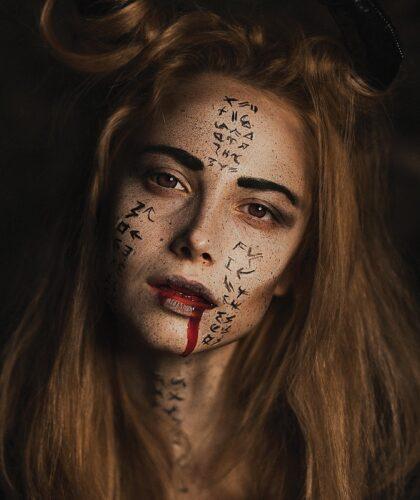 девушка с разрисованным лицом