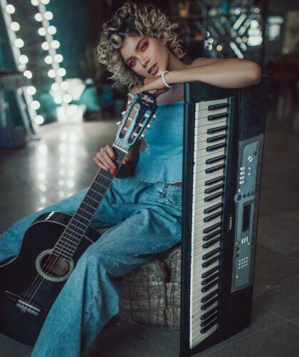 девушка с гитарой и пианино